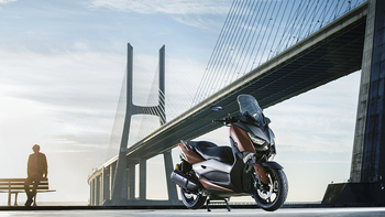 2017-Yamaha-X-MAX-300A-EU-Quasar-Bronze-Static-001.jpg