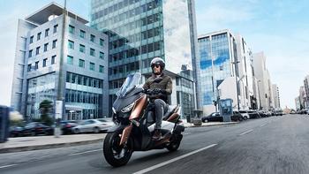 2017-Yamaha-X-MAX-300A-EU-Quasar-Bronze-Action-002.jpg