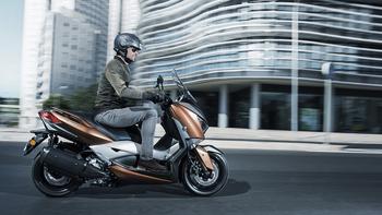 2017-Yamaha-X-MAX-300A-EU-Quasar-Bronze-Action-004.jpg