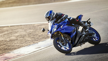 2018-Yamaha-YZF-R125-EU-Yamaha-Blue-Action-001.jpg