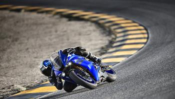 2018-Yamaha-YZF-R6-EU-Yamaha-Blue-Action-006_.jpg