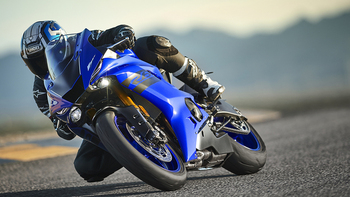 2018-Yamaha-YZF-R6-EU-Yamaha-Blue-Action-007_.jpg