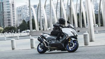 _2018-Yamaha-TMAX-SX-Sport-Edition-EU-Matt-Silver-Action-008.jpg