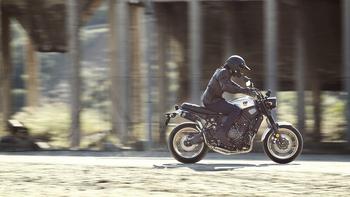 2019-Yamaha-XS700SCR-EU-Tech_Black-Action-001-03-.jpg