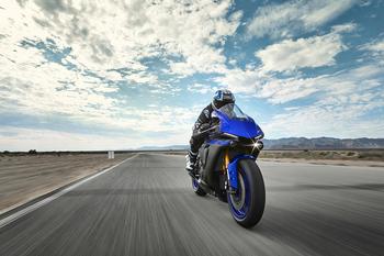 2019-Yamaha-YZF1000R1-EU-Yamaha_Blue-Action-005.jpg