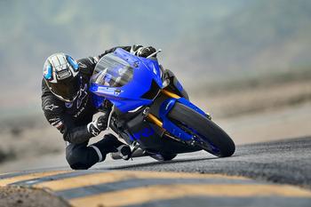 2019-Yamaha-YZF600R6-EU-Yamaha_Blue-Action-001.jpg