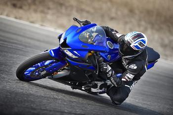 2019-Yamaha-YZF-R125-EU-Yamaha_Blue-Action-005.jpg