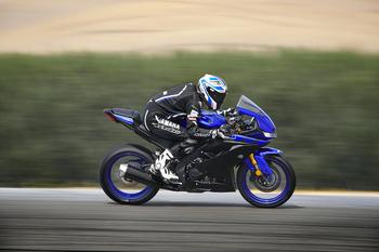 2019-Yamaha-YZF-R125-EU-Yamaha_Blue-Action-006.jpg