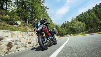 2019-Yamaha-MT09TRGT-EU-Nimbus_Grey-Action-002-03.jpg