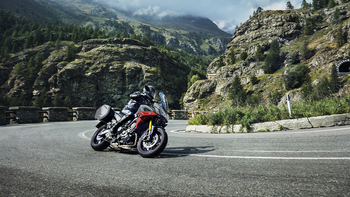2019-Yamaha-MT09TRGT-EU-Nimbus_Grey-Action-004-03.jpg