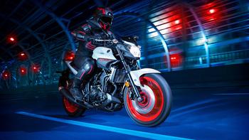 2019-Yamaha-MT320-EU-Ice_Fluo-Action-004-03.jpg