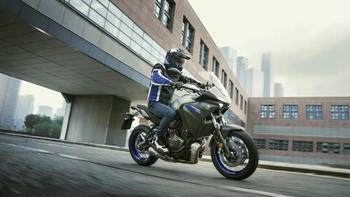 2020-Yamaha-MT07TR-EU-Icon_Grey-Action-013-03.jpg