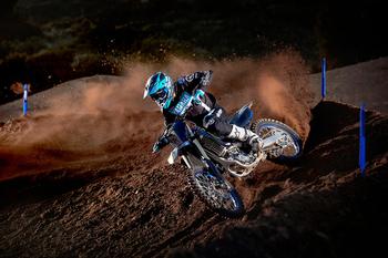 2021-Yamaha-YZ450FSV-EU-Monster_Black_-Action-007-03.jpg