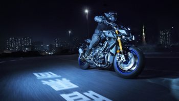2017-Yamaha-MT10DX-EU-Silver-Blu-Carbon-Action-003.jpg