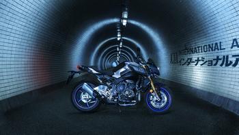 2017-Yamaha-MT10DX-EU-Silver-Blu-Carbon-Static-002.jpg