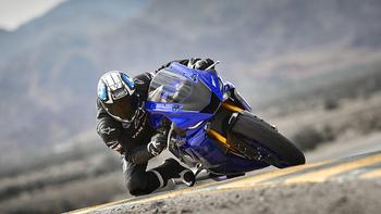 2018-Yamaha-YZF-R6-EU-Yamaha-Blue-Action-002_.jpg