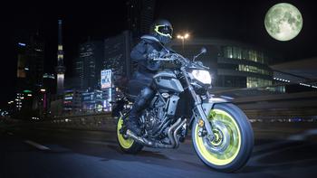 2018-Yamaha-MT-07-EU-Night-Fluo-Action-005.jpg