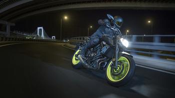 2018-Yamaha-MT-07-EU-Night-Fluo-Action-008.jpg
