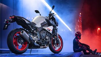 2019-Yamaha-MT10-EU-Ice_Fluo-Static-004-03 copia.jpg
