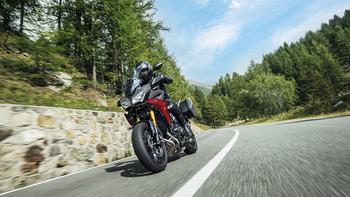 2019-Yamaha-MT09TRGT-EU-Nimbus_Grey-Action-002-03.jpg