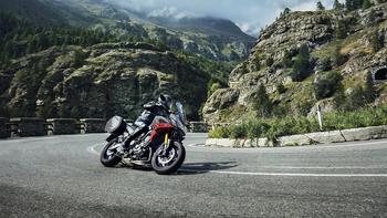2019-Yamaha-MT09TRGT-EU-Nimbus_Grey-Action-004-03.jpg
