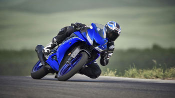 2020-Yamaha-YZF-R125-EU-Icon_Blue-Action-004-03.jpg