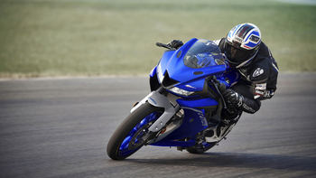 2020-Yamaha-YZF-R125-EU-Icon_Blue-Action-008-03.jpg