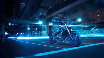 2018-Yamaha-MT09DX-EU-Silver_Blu_Carbon-Action-001-03.jpg