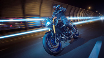 2018-Yamaha-MT09DX-EU-Silver_Blu_Carbon-Action-008-03.jpg
