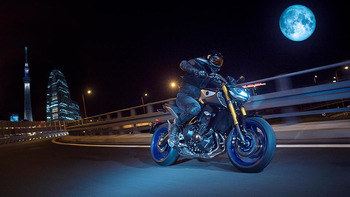 2018-Yamaha-MT09DX-EU-Silver_Blu_Carbon-Action-010-03.jpg