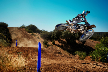 2021-Yamaha-YZ450FSV-EU-Monster_Black_-Action-002-03.jpg