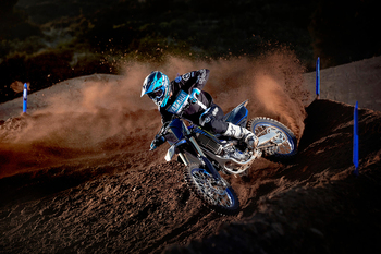 2021-Yamaha-YZ450FSV-EU-Monster_Black_-Action-007-03.jpg