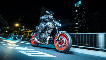 2021-Yamaha-MT07-EU-Storm_Fluo-Action-005-03.jpg